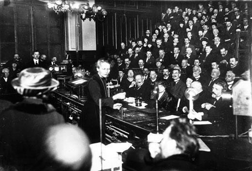 Marie Curie impartiendo su primera clase tras el fallecimiento de su esposo Pierre. Fuente: https://virginiagasull.com/nicole/index.php/2019/05/10/marie-curie-primera-clase-en-la-sorbona-1916/.